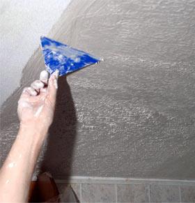 Как очистить поверхность потолка химическим и термическим способом